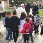 Papa visita crianças acolhidas em centro social em Roma