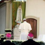 Francisco reza na Capelinha das Aparições